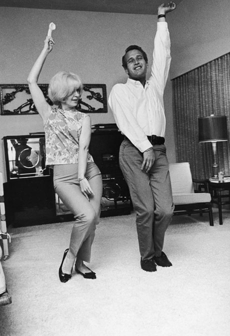 Woodward and Newman swing, 60s style, at home, 1965. By Fotos International/Getty Images.