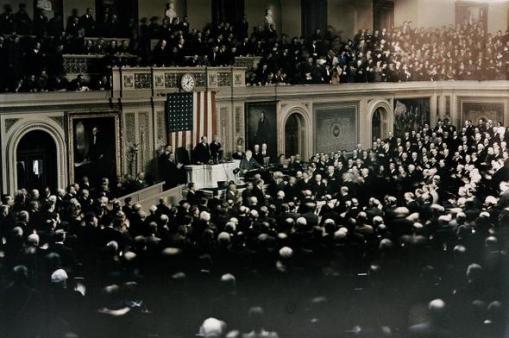 Primeira fotografia a cores do congresso americano - um discurso do presidente Roosevelt em 1937